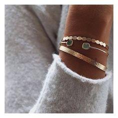Van juwelen krijgen we nooit genoeg! En zoals we reeds bij de ringen en de kettingen zagen, is ook het dragen van meerdere armbanden een trend. Yep, mannen...