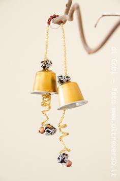 La campana di Pasqua con le capsule del caffè -
