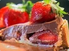 Torta Glória de Blumenau Receita leva leite condensado, chocolate, morangos e rum