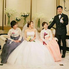 신부보다 더 고우시던 울 어머님들 사이에서�� 어느덧 유부녀된지도 2주차�� . . . #결혼식#신부대기실#혼주한복#웨딩드레스#웨딩헤어#웨딩메이크업#신혼스타그램#결혼스타그램#wedding#weddingdress#weddingmakeup http://gelinshop.com/ipost/1524403444790027268/?code=BUnxNs9F2QE