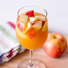 Caramel Apple Sangria Recipe - Apple cider sangria with caramel vodka & white wine. This is the best easy Fall sangria recipe. Caramel Apple Sangria Recipe - Apple cider sangria with caramel vodka & white wine. This is the best easy Fall sangria recipe. Mango Sangria, Fall Sangria, Fall Cocktails, Cocktail Drinks, Thanksgiving Cocktails, Halloween Cocktails, Family Thanksgiving, Champagne Sangria, Sangria Wine