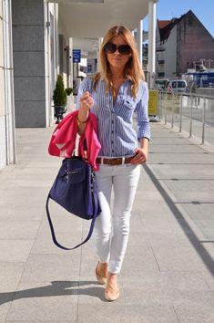 On porte son pantalon blanc avec une chemise rayée bleu et blanche