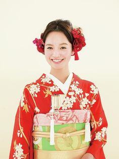 両側にあしらった赤い花の髪飾りで愛らしい花嫁が完成/Front