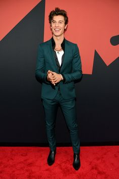 The MTV VMAs' red carpet has begun in Newark, New Jersey. And already young Hollywood is bringing some of its biggest, brightest, boldest fashion of Here, all the looks. French Montana, Celebrity Red Carpet, Celebrity Look, Celebrity Crush, Mtv Video Music Award, Music Awards, Shawn Mendes, Orange Suit, Skylar Grey