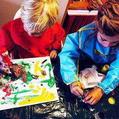 Como no está el día para salir a la calle con niños (Que yo saldría encantado) hemos organizado un taller de pintura un poco improvisado. Y vosotros que hacéis en un día tan lluvioso como este para entretener a los enanos?  #tropoFather #kids #taller #painter #painting #painter #brush #finger #paper #kidstagram #childhood #boy #girl #pequemayor #pequePeque #vsco #vscogood #vscogrid #vscohub #vscocam #photooftheday #sony #sonyA7 #A7 #sonyCamera #sonyAlpha #Alpha #alphaCamera #camera…