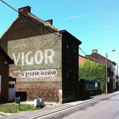 Savon en poudre VIGOR Pour la grosse lessive (Charleroi -Belgique) Commercial Signs, Ghost Sightings, Old Pub, Old Commercials, Fire Escape, Pub Bar, Old Signs, Exposed Brick, Brick Wall
