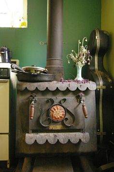 Rustic old wood stove - really reminds me of the one we had when I was little Wood Stove Cooking, Kitchen Stove, Cooking Lamb, Antique Wood Stove, How To Antique Wood, Vintage Wood, Vintage Decor, Rustic Decor, Coal Stove