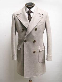 Двубортное пальто с широкими лацканами.  #revento #revento_men #suits #suitonline #tailor #onlinetailoring #костюм #костюмназаказ #fashion #mensfashion #портной #сшитькостюм #рубашканазаказ #пиджак #пиджакназаказ #манжеты #запонки #костюмвмоскве #мужскойстиль #мужскаямода #одежданазаказ www.revento.ru 8 (499) 348 2016