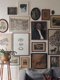 galerie-wand-ideen-vintage-schwarz-weis-kunst-monochromatische-wohnzimmer-antike/ - The world's most private search engine Eclectic Gallery Wall, Eclectic Decor, Photo Vintage, Vintage Room, Vintage Art, Home Decor Styles, Diy Home Decor, Room Decor, Cool Rooms