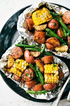 Simple Tin Foil Pack Garlic Butter Sausage and Veggies. A flavorful feast that takes 15 minutes planning time or less! Smoked Sausage Hash, Smoked Sausage Recipes, Grilled Sausage, Turkey Sausage, Smoked Turkey, Sausage Dinner Recipes, Supper Recipes, Foil Packet Dinners, Foil Pack Meals