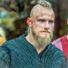 Do you think Bjorn will win? Floki, Ragnar Lothbrok, Lagertha, Bracelet Viking, Viking Jewelry, Viking Pictures, Game Of Thrones, Viking Shop, Viking Series