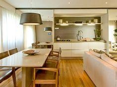 Portas espelhadas para esconder a cozinha.