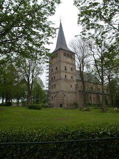 Elten/Elterberg: De eerste kerk van het stift, door de eerste abdis gebouwd op de plaats van de oude burchtkapel, werd in het begin van de 12e eeuw wegens verzakking en bouwvalligheid afgebroken en vervangen door een grotere nieuwe kerk.