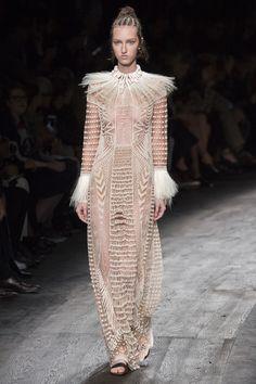 Robe de mariée Valentino printemps-été 2016 ethnique http://www.vogue.fr/mariage/inspirations/diaporama/les-robes-de-marie-de-la-fashion-week-printemps-t-2016-robes-blanches/23032#le-dfil-valentino-printemps-t-2016