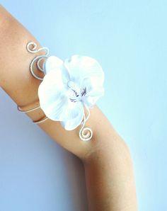 grande orchidea bianca con bracciale da braccio vite bianca