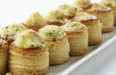 Mini bouchées met Passendale-kaas, champignons en spek - Puffs with cheese, mushrooms and bacon Snacks Für Party, Appetizers For Party, Appetizer Recipes, Cucumber Appetizers, Tasty, Yummy Food, Dessert, High Tea, Love Food