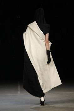 Yohji Yamamoto - It looks better in the dark Yohji Yamamoto, Japan Fashion, Fashion Show, Style Du Japon, Japanese Fashion Designers, Japanese Design, Mode Style, White Fashion, Fashion Details