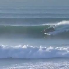 Longboard Discover Crazy Aussies surfing a boat You know your a pro boater when you choose to ride waves after a pick up. Big Waves, Ocean Waves, Parkour, Canoa Kayak, Surfing Videos, Big Wave Surfing, Cool Boats, Surfing Pictures, Boat Design