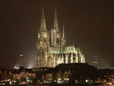 ´Catedral de Colônia, na Alemanha. Em estilo gótico, sua construção se iniciou em 1248 e levou mais de 600 anos para ser concluída. Tem 157 m de altura, e na data de sua conclusão, 1880, era o prédio mais alto do mundo. (Foto: Mediawiki / Robert Breuer / http://de.wikipedia.org/wiki/Benutzer:Net-breuer)