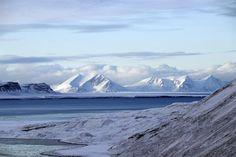 Con sus montañas nevadas hasta su base, así lucen los fiordos en el extremo norte de Svalvard. Foto:/Daniel Bravo