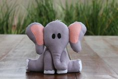 #Elefante de #feltro, desenho exclusivo, para #decoração tema #safari. Fica em pé sozinho. #elephant #felt