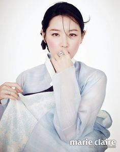 Lee Young Ae Looks Lovely in a Hanbok for Marie Claire Magazine Korean Traditional Clothes, Traditional Fashion, Traditional Dresses, Korean Dress, Korean Outfits, Korean Beauty, Asian Beauty, Modern Hanbok, Lee Young
