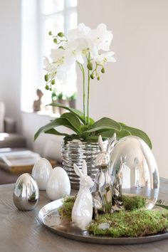 Osterdekoration mit ENNA Deko-Ei,Keramik,silber Easter decoration with ENNA decorative egg, ceramic, silver Flower Boxes, Amazing Gardens, Diy Wedding, Christmas Diy, Glass Vase, Easter, Shapes, Table Decorations, Gifts