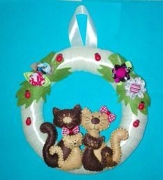 Grinalda em feltro Christmas Ornaments, Holiday Decor, Desserts, Food, Feltro, Tailgate Desserts, Deserts, Christmas Jewelry, Essen