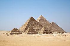 Arquitectura egipcia piarámides de Giza ubicadas actualmente en en la meseta de Giza a 18 kilómetros de El Cairo   -  Imagen sacada de  Wikipedia, la enciclopedia libre(2016)''Pirámides de Egipto'' https://es.wikipedia.org/wiki/Pir%C3%A1mides_de_Egipto (8-10-16) 13:48