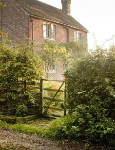 English House with Wattle Fence and Handmade Gate | Content in a Cottage