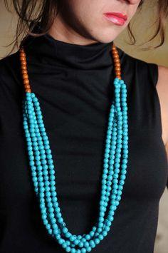 Colar longo de turquesas azuis.