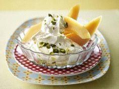 Cantaloup-Melone-mit-Rahmjoghurt-und-Honig-Pistazie