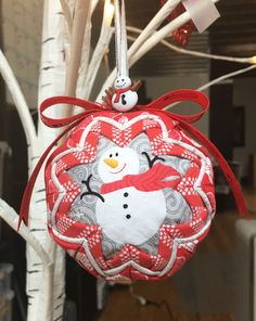 No-Sew Folded Ribbon & Fabric Christmas Ornaments - - No-Sew Folded Ribbon & Fabric Christmas Ornaments crafts No-Sew Folded Ribbon & Fabric Weihnachtsschmuck – Think Crafts von CreateForLess Sewn Christmas Ornaments, Folded Fabric Ornaments, Quilted Christmas Ornaments, Easy Christmas Crafts, Christmas Sewing, Fabric Christmas Decorations, Christmas Fabric Crafts, Christmas Christmas, Diy Weihnachten