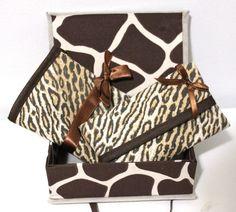 Kit composto de 1 porta absorventes com dois bolsos e 1 porta lenços. Embalado em caixa multiúso em cartonagem forrada de tecido. R$ 25,00