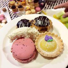 cream cakes & macaroons