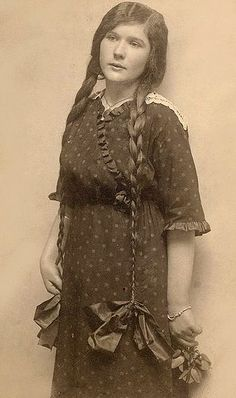 do these hair ribbons make me look fat? Old Photography, Amazing Photography, Vintage Pictures, Vintage Images, Vintage Hairstyles For Long Hair, Hair Ribbons, Long Braids, Vintage Girls, Vintage Woman