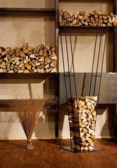 Ваша гостиная оборудована камином, но считаете хранить возле него дрова не эстетично?  Дизайнеров фабрики Blanche посетила вот такая замечательная идея создания дровницы. Металлические прутья по мере использования дров выпрямляются и становятся параллельными друг другу, а при заполнении расходятся, приобретая форму клина.