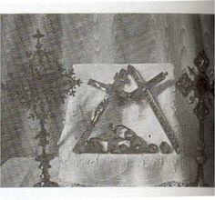 Reliques de Sainte-Anne et de Saint-Gilbert. Le crucifix, au centre contient 25 reliques: apôtres, martyrs et évangélistes. Et relique de la croix Jésus-Christ, ainsi que des reliques de différents saints. Paroisse de St-Gilbert, Québec. paroissesaintgilbert.com/