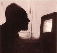 Primo Levi e il suo Mac. Dalla copertina di Conversazioni e interviste 1963-1987.  La foto fu scattata da Mario Monge (mio concittadino, tra l'altro).