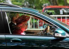 Ha spiazzato tutti con queste immagini che campeggiano sui principali siti inglesi. Dopo avere assistito a una partita di polo , la regina Elisabetta è tornata al castello di Windsor guidando personalmente la sua Jaguar, con l'autista/guardia del corpo seduto al suo fianco.