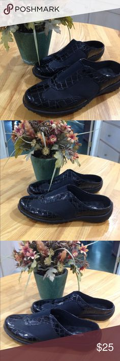 COMFY and PRETTY Walking Cradle Shoes Size 7.5 Black stylish walking shoes by Walking Cradles. Envigorating  insoles for pampering your feet. Size 7.5 Walking Cradles Shoes Mules & Clogs