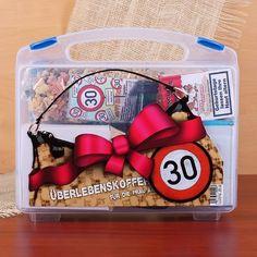 Koffer zum 30.Geburtstag für Frauen gefüllt mit 8 lustige Geschenken.