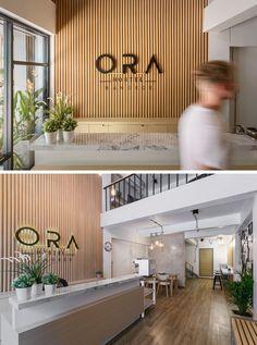 a new modern hostel arrives in bangkok thailand, wood logo wall reception desks Modern Reception Desk, Reception Desk Design, Reception Seating, Office Reception Area, Hotel Reception Desk, Reception Counter, Reception Areas, Office Entrance, Office Lobby