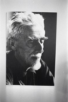 M.C. Escher, voluit Maurits Cornelis Escher, was een Nederlandse illustrator. Escher is de meest bekende kunstenaar op het gebied van optische illusies. Hij staat vooral bekend om zijn perfect uitgedachte wiskundige illustraties. Hij onderzoekt de oneindigheid door middel van wiskundige patronen en architectuur in zijn kunst. Zo vlecht de kunstenaar op een opmerkelijke wijze verschillende werelden door elkaar heen. In de kunst van M.C. Escher worden visuele presentaties van presentaties van…