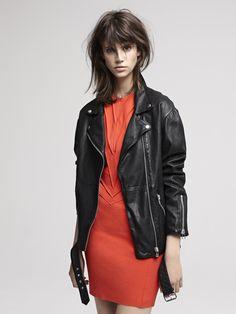 DIFFERENTIEL Blouson en cuir oversize ceinturé / Oversized leather jacket DISSUASIF Robe en neoprene nervure / Pin-tucked neoprene dress