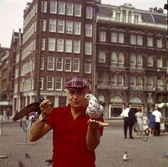 Acteur en zanger Leen Jongewaard met 'duifies', Damrak Amsterdam jaren zeventig