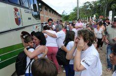 Crianças que estavam em ônibus que se acidentou em Botuverá voltam a Indaial  Chegada a escola foi momento de emoção e alívio para alunos, pais e professores