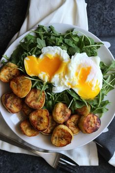 Eggs with Arugula & Plantains This breakfast is sweet and salty, with peppery bites of arugula and creamy egg yolks Plantains add just the right amount of healthy carbs is part of Healthy recipes - Healthy Carbs, Healthy Snacks, Healthy Eating, Healthy Brunch, Healthy Breakfasts, Delicious Healthy Food, Healthy Drinks, Snacks Kids, Brunch Food