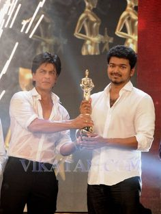 Shahrukh Khan Giving Vijay Awards to Vijay