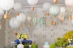 Duas variedades de balões foram usadas para caracterizar o tema da festa, que foi de balões de ar. Balões foram trançados e confeccionados a mão nas cores candy colour e lanternas chinesas serviram de base para o outra variedade de balões. Uma Cortina de balões nas mesmas tonalidades preencheu a parede do fundo da mesa.